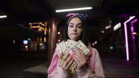 Reiches Mädchenspiel mit Geld an der Nachtstadt stock video