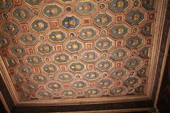 Reichlich verzierte Decke im italienischen Museum Palazzo Te in Mantova Lizenzfreies Stockfoto