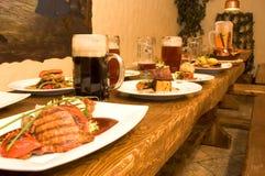 Reichlich vorhandener Abendtisch Lizenzfreies Stockfoto