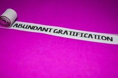 Reichlicher Befriedigungstext, Inspiration und positives Schwingungenskonzept auf purpurrotem heftigem Papier lizenzfreies stockbild