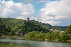 Взгляд к замку Reichsburg и городку Cochem, Германии стоковая фотография rf