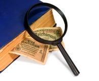 Reichsmarks rachunek Niemcy, magnifier i stara książka odizolowywający dalej, Obrazy Stock