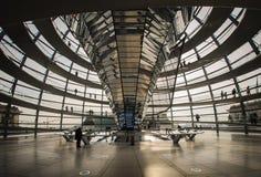 Reichstag圆顶看法在Apirl 17日的2013年在柏林,德国 免版税库存图片
