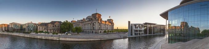 Reichstag, оживление реки, Берлин стоковая фотография