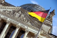 Reichstag avec l'indicateur allemand Photo stock