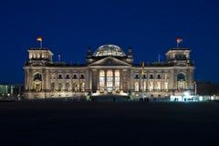 Reichstag in Berlin an der Dämmerung Stockfotografie