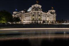 Reichstag a Berlino alla notte Immagini Stock Libere da Diritti