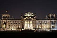 Reichstag bij nacht in Berlijn Stock Foto's