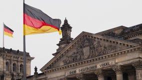 Reichstag budynek w Berlin z Niemieckimi flagami zdjęcie stock