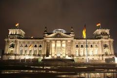 Reichstag byggnad i Berlin på natten Royaltyfri Bild