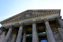 Reichstag byggnad i Berlin, Tyskland Juli 23. 2016 - Dedikation på friens betyder till det tyska folket arkivfoto