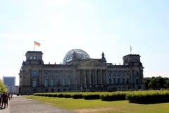 Reichstag byggnad i Berlin, Tyskland Juli 23. 2016 - Dedikation på friens betyder till det tyska folket royaltyfri foto
