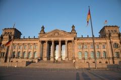 Reichstag byggnad med flaggapoler i förgrund Fotografering för Bildbyråer