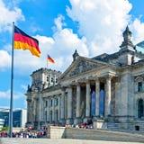 Reichstag byggnad och tyskflagga, Berlin Arkivfoton