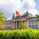 Reichstag byggnad och tyskflagga, Berlin Arkivfoto