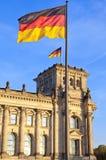 Reichstag com as bandeiras na Berlim de capital alemão Fotografia de Stock