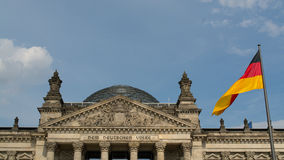 Reichstag com a bandeira alemão Imagens de Stock Royalty Free