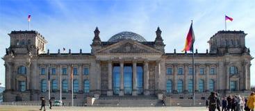 Reichstag con la gente, Berlino fotografia stock libera da diritti