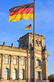 Reichstag con le bandiere a Berlino capitale tedesca Fotografia Stock
