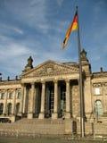 Reichstag-Gebäude in Berlin, in Deutschland und in der deutschen Flagge in der Front stockfoto