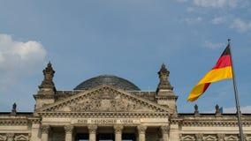 Reichstag med den tyska flaggan Royaltyfria Bilder