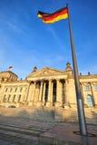 Reichstag med tyska flaggor, Berlin Arkivbilder