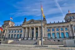 Reichstag med tyska flaggor, Berlin, Tyskland Bundestag royaltyfria foton