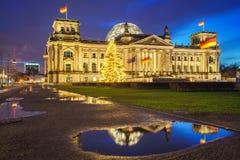 Reichstag och julträd i Berlin Arkivbild