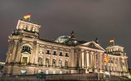 Reichstag parlament i Berlin vid natt Royaltyfria Foton