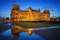 Reichstag y árbol de navidad en Berlín Imágenes de archivo libres de regalías