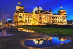 Reichstag y árbol de navidad en Berlín Foto de archivo