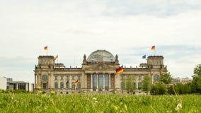 Reichstaghuis van het Duitse parlement in Berlijn stock videobeelden