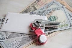 Reichtum und Reichtum stellten in bar Geld und Schlüssel dar Wohnungsschlüssel von Dollar Arbeits-Austauschschlüssel des Konzeptg stockfotos