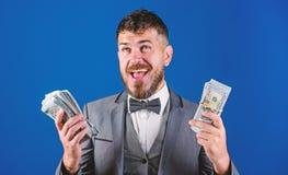 Reichtums- und Wohlkonzept Erhalten Sie Bargeld einfach und schnell Bargesch?ftgesch?ft Einfache Bardarlehen Manngesellschaftsanz stockbild