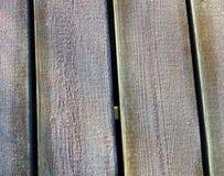 Reif oder Eis auf hölzernen Brettern im Winter Stockfoto