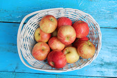 Reife Äpfel im weißen Weidenkorb Stockbild