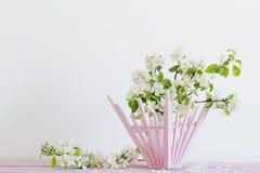 Reife Äpfel und Niederlassungen im Vase auf Weiß Stockfotos