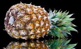 Reife Ananas mit Reflexion Stockbild