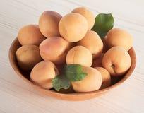 Reife Aprikosen in der Schüssel Lizenzfreies Stockfoto