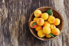 Reife Aprikosen in einer hölzernen Schüssel Lizenzfreie Stockbilder