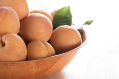 Reife Aprikosen in einer Schüssel Stockbilder