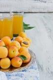 Reife Aprikosen und Aprikosensaft Lizenzfreie Stockbilder