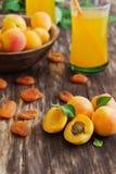Reife Aprikosen und Aprikosensaft Lizenzfreie Stockfotografie