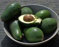 Reife Avocados in der Schüssel Stockfoto