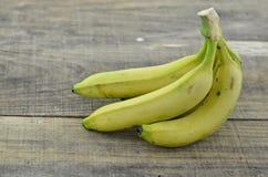 Reife Banane auf hölzernem Hintergrund decorate lizenzfreies stockfoto