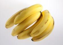 Reife Bananen auf einem weißen Hintergrund Stockfotografie