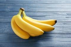 Reife Bananen auf Hintergrund Stockfotos