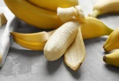 Reife Bananen auf Tabelle, Stockfoto