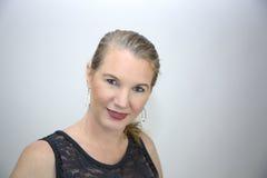 Reife blonde Frau in der schwarzen Spitze Lizenzfreie Stockfotos