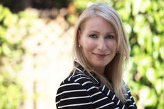 Reife blonde Frau, die an der Kamera lächelt Lizenzfreie Stockfotografie